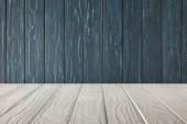 Fotografia bianco a strisce da tavolo e scuri in legno parete blu