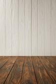 tmavě hnědé pruhované nábytek a bílé dřevěné stěny