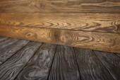 šedá pruhovaná podlah a hnědé dřevěné stěny