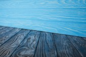 tmavě modré výstřední dřevěné podlahy a světle modré dřevěné stěny