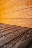 hnědá dřevěná podlaha a oranžové dřevěné stěny