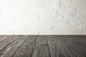 sötét szürke fából készült asztali-fehér fal tégla