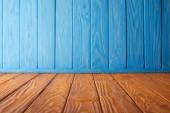 Fotografia parete in legno da tavolo e blu a strisce marrone
