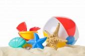 Nafukovací míč a hračky v izolované na bílém písku