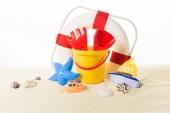 Život ring a pláže hračky v izolované na bílém písku