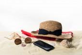 Fotografie Slamák na ručník a sluneční brýle s mušle v izolované na bílém písku