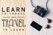 Smartphone s fotoaparátem a sluneční brýle na molu na světle písku v learn cestovat a cestovat učit nápisy