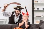 Fotografia Ritratto della figlia e del padre in costumi di halloween che gioca in casa