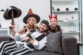 Ať se usmívám rodiny v halloween kostýmů doma