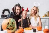 portré otthon a konyhában tök halloween jelmezek asztalnál család
