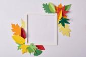lapos feküdt kézműves papír levelek és fehér asztali üres keret
