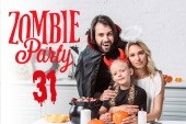 portré, a szülők és a lánya halloween jelmez asztalnál kezeli a fekete pot a konyha otthon zombi fél 31 felirat