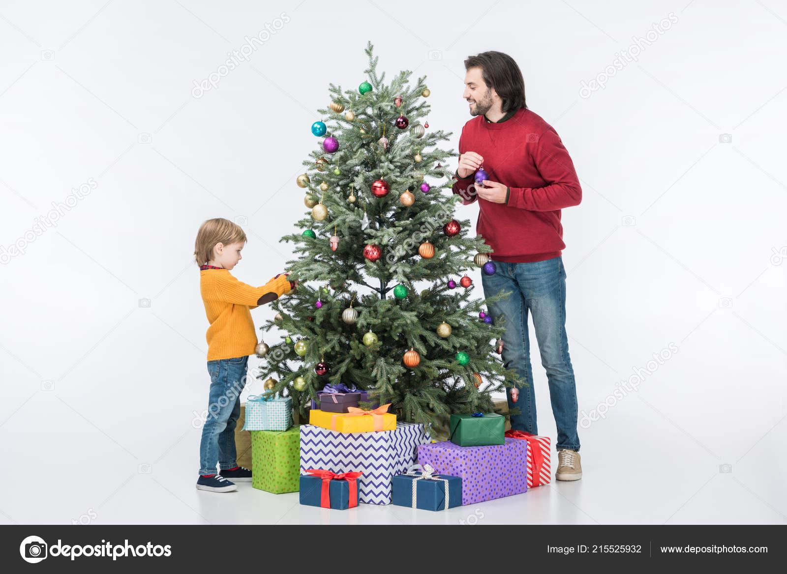 Padre Con Hijo Decorar árbol Navidad Con Bolas Cristal