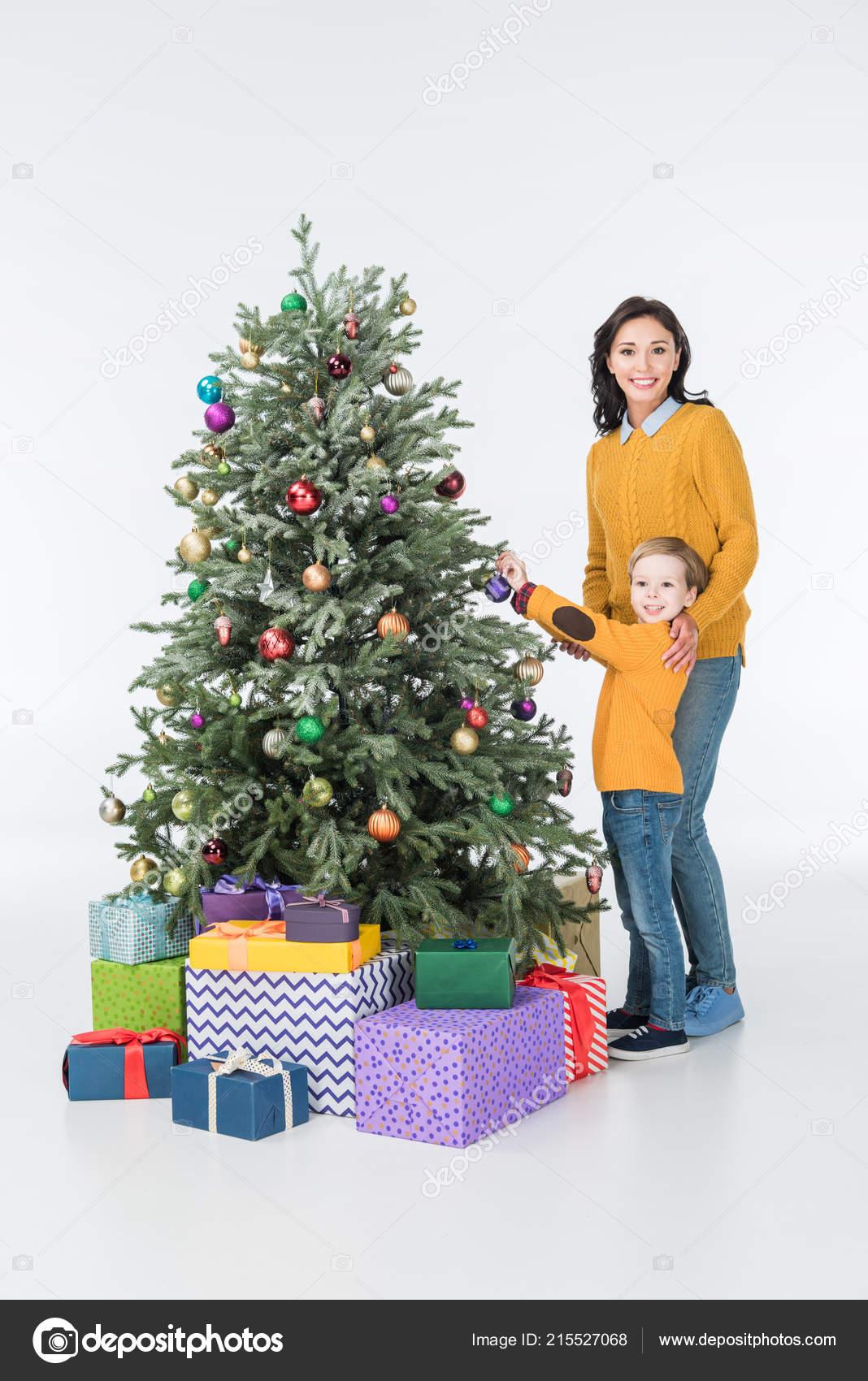 Madre Sonriente Con Hijo Decorar árbol Navidad Con Presenta