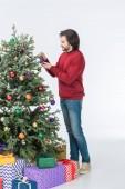 Glücklicher Vater dekorieren Weihnachtsbaum mit Glaskugeln, isoliert auf weiss