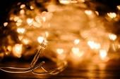 pohled ze slavnostní věnec a srdce bokeh světla pozadí na plochu