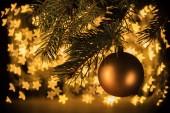 zár megjelöl kilátás a golden karácsonyi bál lóg a fenyőfa, csillag bokeh fények háttérrel