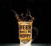 lehké pivo s tryskající u stolu na černém pozadí s nápisy pivo je pro mě chmelovou