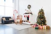 zařízený pokoj s houpací křeslo, vánoční stromek a dárky pro zimní dovolenou oslavu