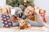 Fényképek mosolygó ember vesz selfie chihuahua kutya karácsonyfa háttér otthon