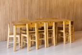 Fotografie dřevěný stůl a malé židle v místnosti mateřské školy