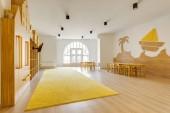útulné světlo učebna s dřevěným nábytkem v moderní školce