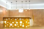 Fotografie lampy a žluté recepce v interiéru moderní školka