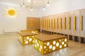 Fotografie dřevěné skříňky v moderní světelné MŠ šatna