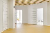 üres folyosón, a nyitott ajtók modern óvodában