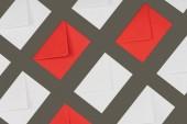 pohled shora uzavřených červenými a bílými písmeny izolované na šedém pozadí