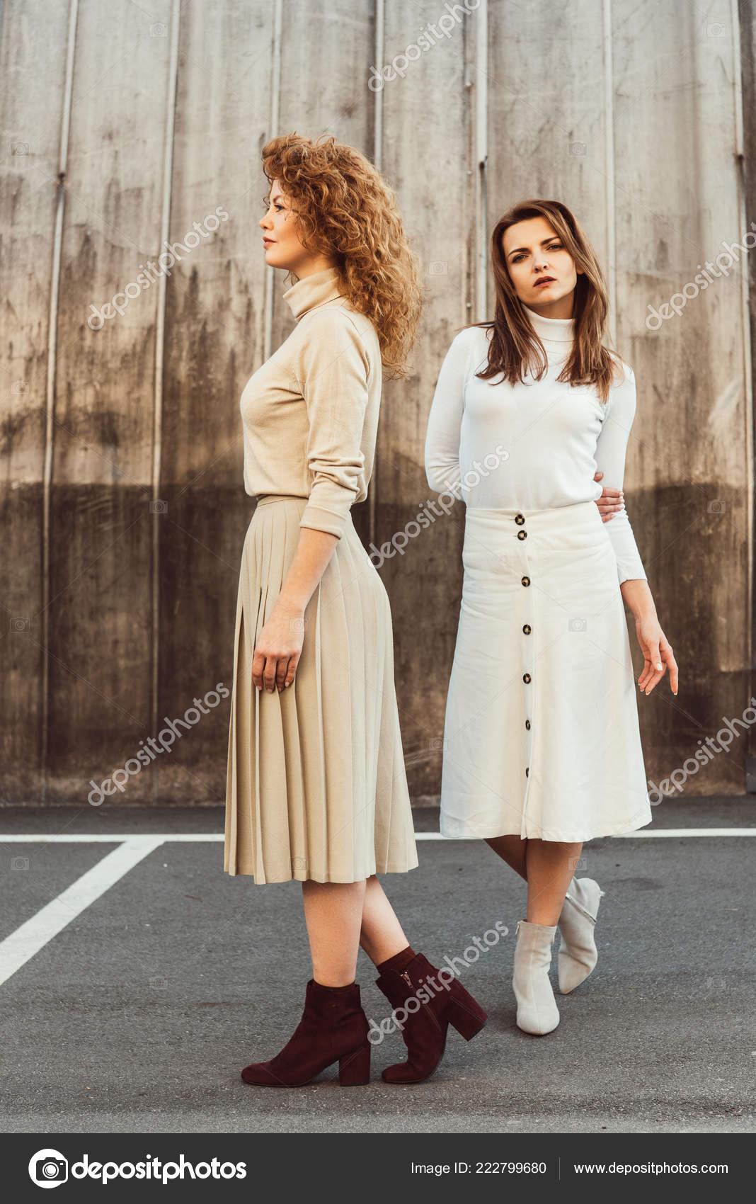 Modelos Femininos Moda Golas Saias Posando Rua Urbana Stock Photo