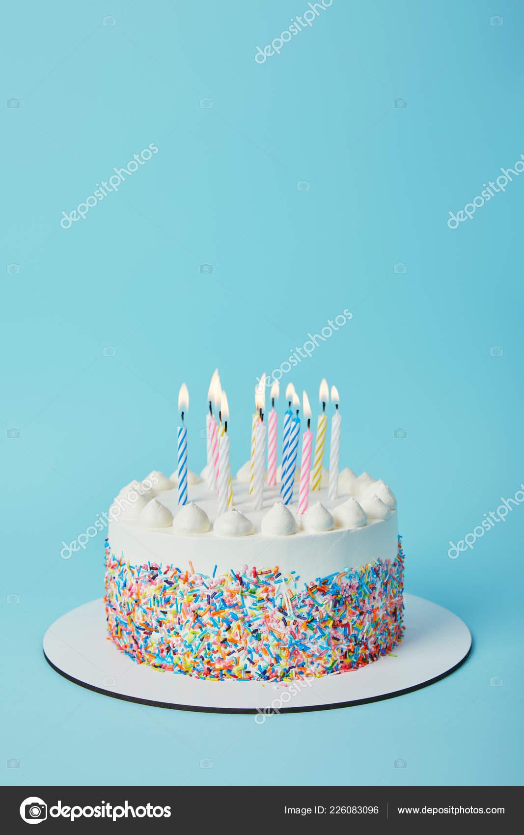 Leckere Geburtstagstorte Mit Anzunden Von Kerzen Auf Blauem Hintergrund Stockfoto