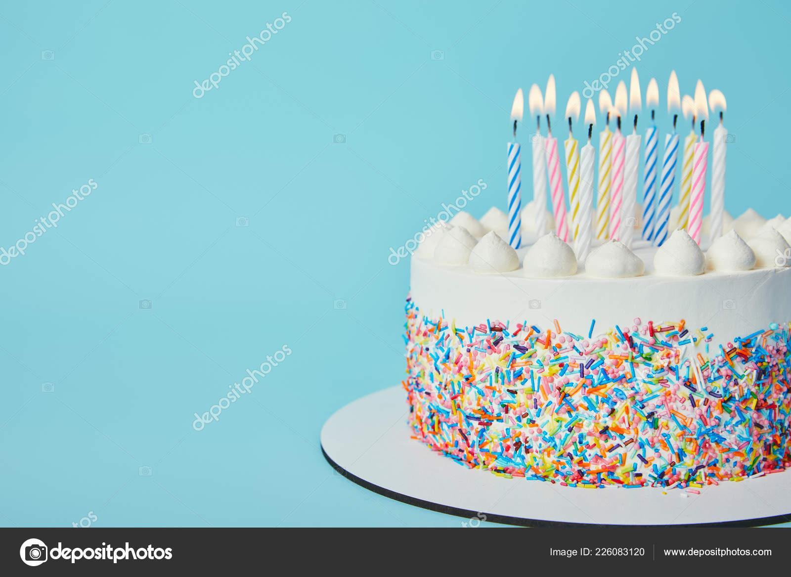Leckeren Geburtstagskuchen Mit Anzunden Von Kerzen Auf Blauem Hintergrund Stockfoto