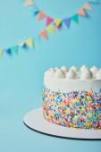 Finom torta cukor sprinkles és a habcsók, a kék háttér