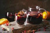 domácí svařené víno s brusinkami na dřevěný stojan v kuchyni
