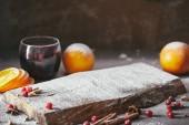 domácí svařené víno s brusinkami a deska s moučkovým cukrem na stole v kuchyni