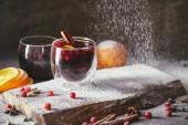 chutné domácí svařené víno s brusinkami a pádu moučkového cukru v kuchyni