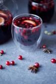 domácí svařené víno s brusinkami na šedou desku v kuchyni