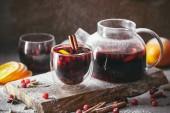 chutné domácí svařené víno s brusinkami v brýlích a konvici na palubě v kuchyni