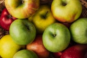 Fotografie close up view of ripe multicolored apples in wicker basket