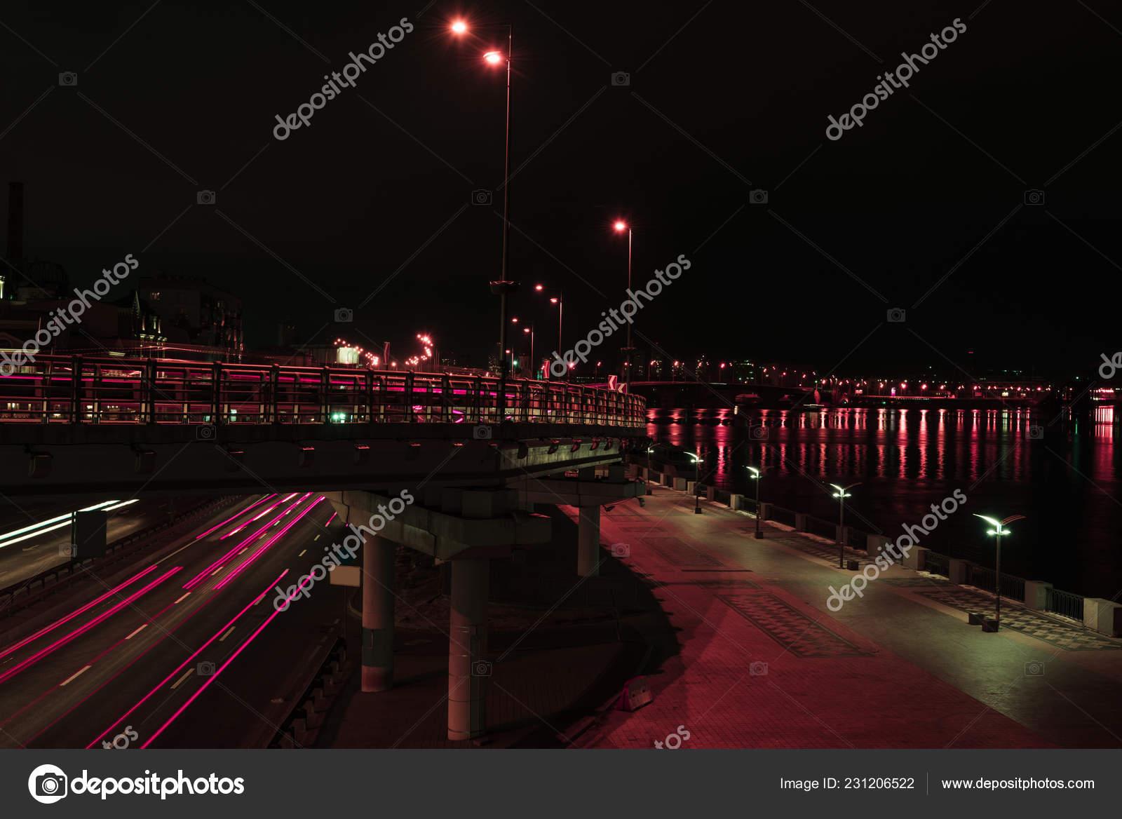 Lunga esposizione strada ponte con illuminazione notturna u foto