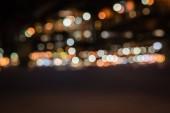 Fotografie rozostřeného budov s bokeh světel v noci
