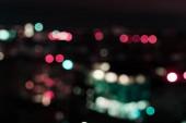 Fotografie temné noci pozadí s barevnými bokeh světla