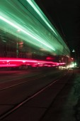 Dlouhá expozice z městské ulice s barevnými rozmazané světla