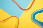 felülnézete a kék és a sárga háttér görbe különböző színű vonalak