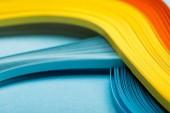 zblízka žluté, oranžové a modré abstraktní světlých čar na modrém pozadí