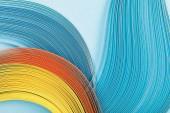 vista superiore di linee astratte luminose multicolori su fondo blu