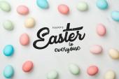 felülnézet sokszínű csirke festett tojás szürke háttér Boldog Húsvétot mindenkinek betűkkel