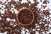 felülnézet a finom kávé sült bab fa tál fehér háttér
