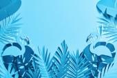 felülnézet a kék egzotikus papír vágott Pálma levelek és flamingók kék háttér másolási tér